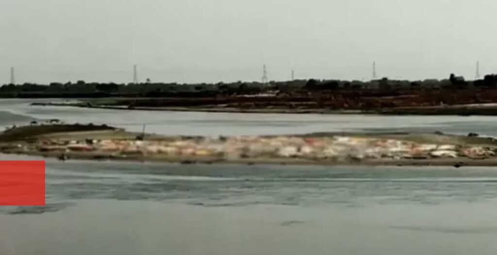 യു.പിയിൽ ഗംഗാ തീരത്ത് മൃതദേഹങ്ങൾ മണലിൽ പൂഴ്ത്തിയ നിലയിൽ